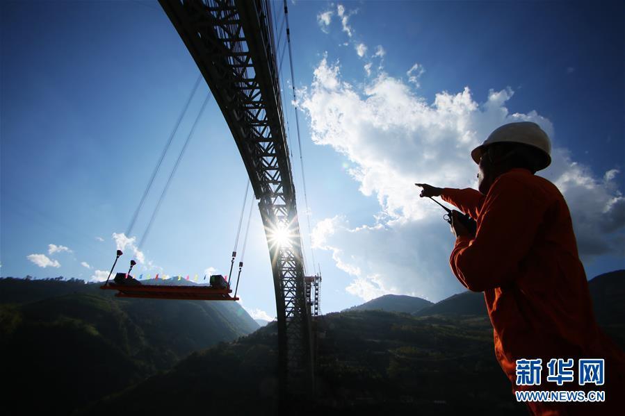 中铁十八局技术人员指挥怒江四线特大桥钢杆件吊装(12月9日摄)。