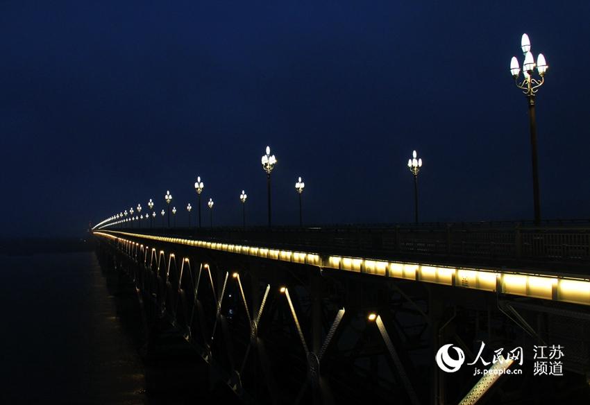 【高清】南京长江大桥华灯初上 宛若光影巨龙