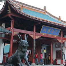 """登岳阳楼,可尽赏""""衔远山, 吞长江""""的浩荡美景。"""