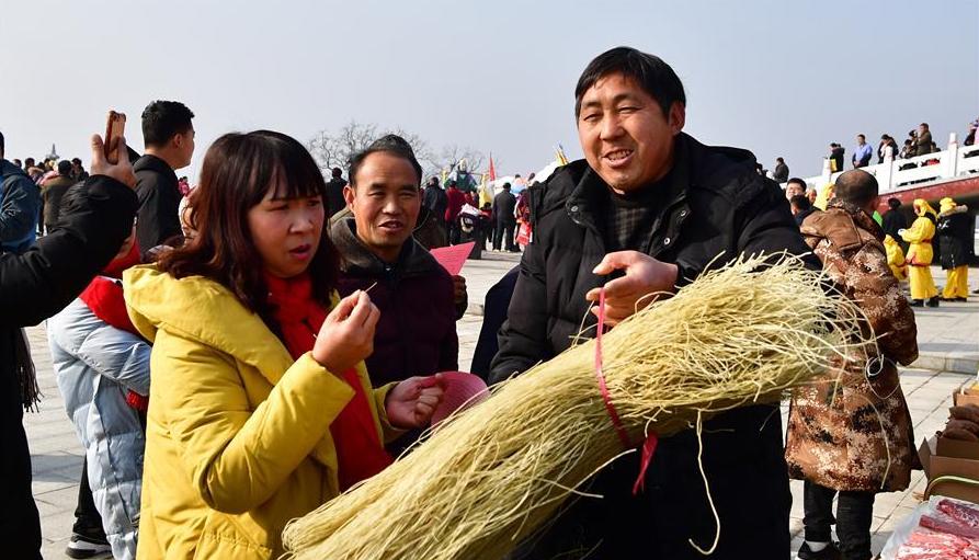 """河南鲁山:贫困村的""""年货节"""""""
