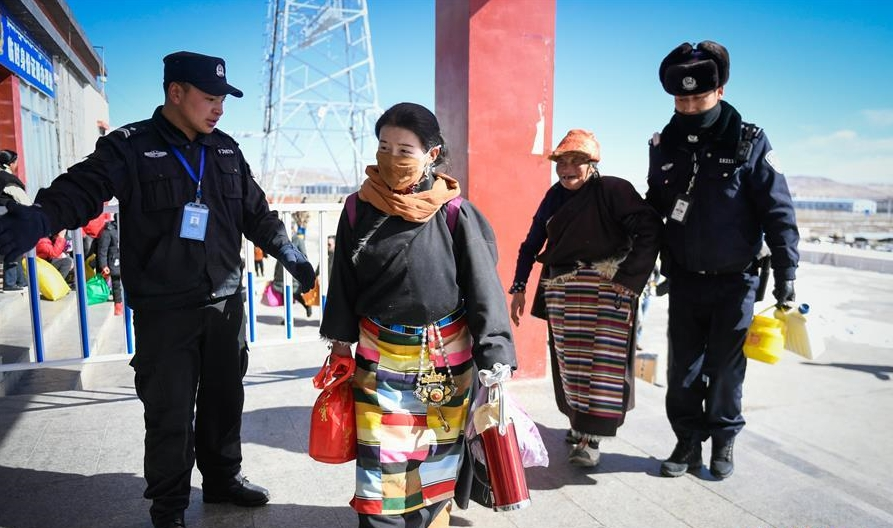 西藏高海拔火车站出行忙