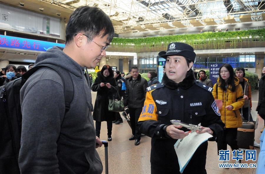 1月15日,北京铁路公安局西客站派出所的民警在给旅客讲解旅途安全知识。