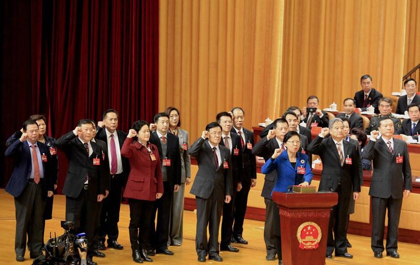 会场内外:新当选人员进行宪法宣誓