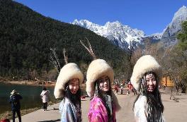 云南玉龙雪山蓝月谷吸引游客