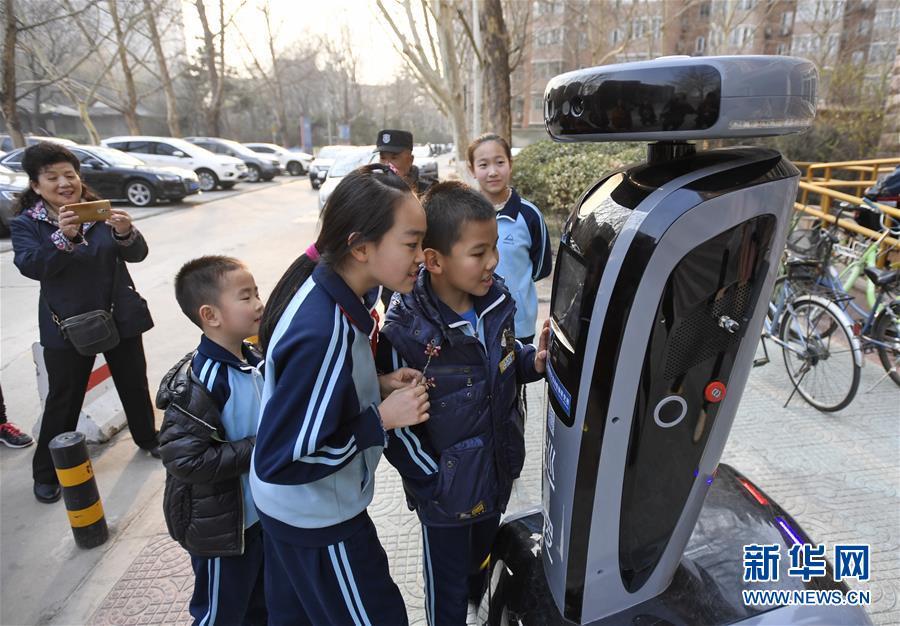 """【高清】北京:""""机器人探长""""落户社区"""