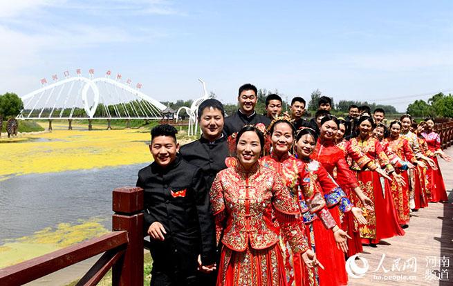 河南夏邑:零彩礼集体婚礼倡导文明新风