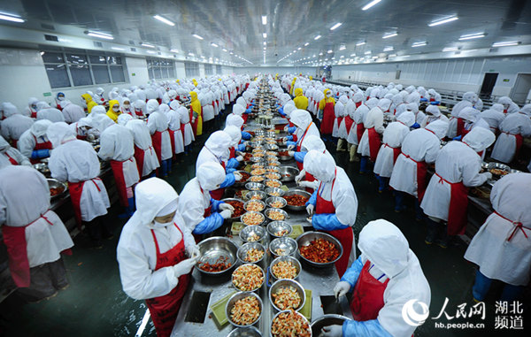 湖北潜江一小龙虾生产加工车间,工人正忙着剥虾。