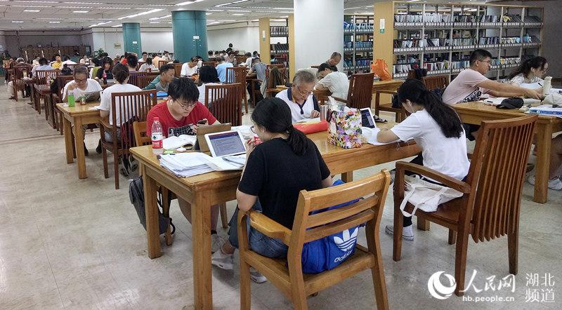 【高清】立秋后持续高温 武汉图书馆读者众多