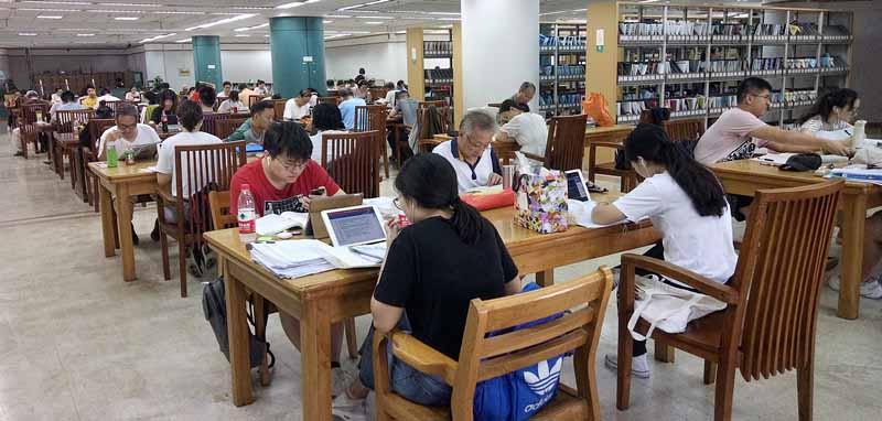 立秋后持续高温 武汉图书馆读者众多