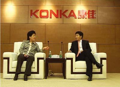 陈惠娟/图为陈惠娟与康佳集团总裁陈跃华亲切交谈。