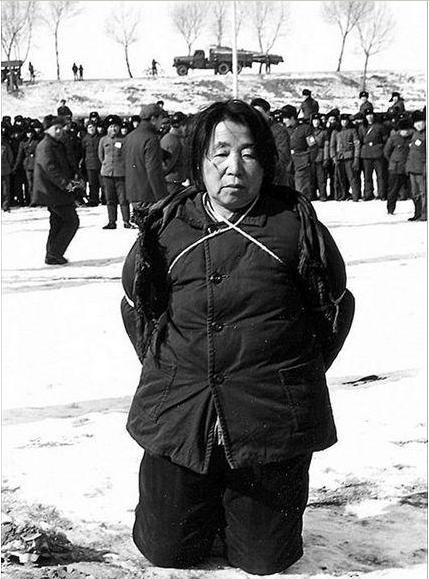 汤灿死刑枪决现场图-30年前枪毙女贪官的照片为何走红网络 5