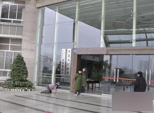 重庆农妇跪求欲进县政府被踢出续 2名保安已被辞退图片