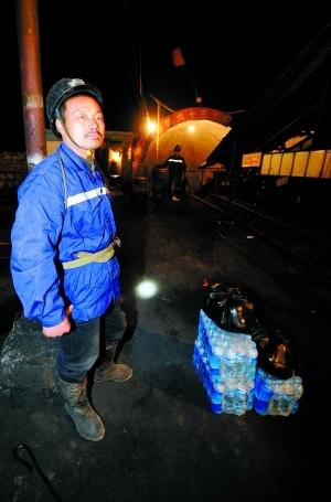 28日,山西乡宁县王家岭煤矿透水事故导致153人被困井下.一名抢险