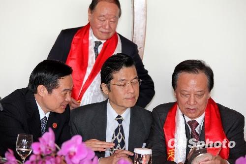 刘奇葆就台湾援助汶川地震当场两度鞠躬图片